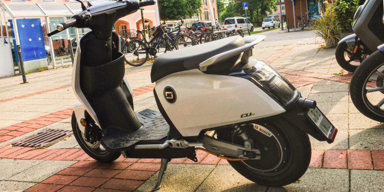 Super Soco CUX parkend auf der Straße von schräg hinten