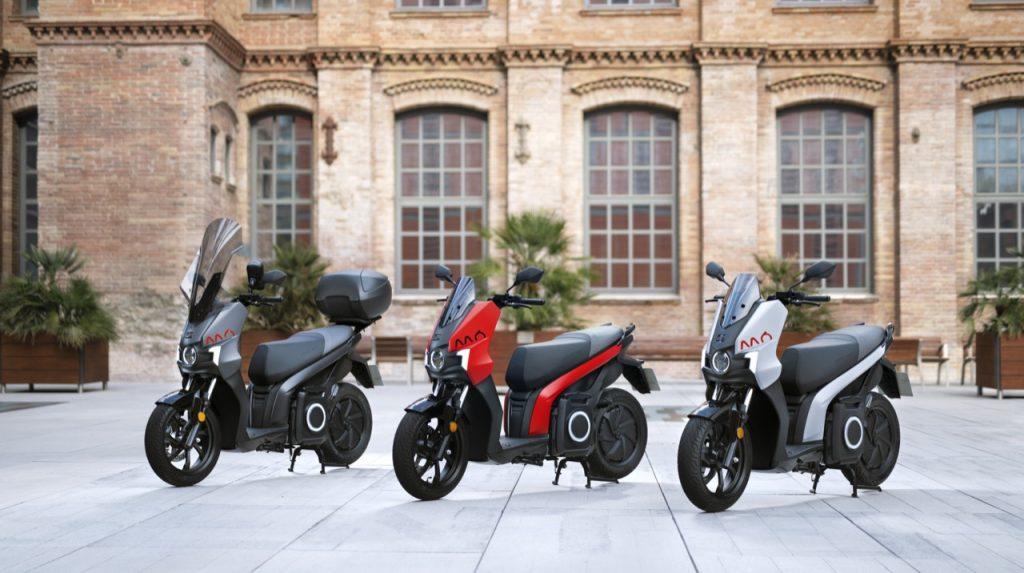 Drei Elektro-Motorroller SEAT MÓ 125 auf einem schönen Platz